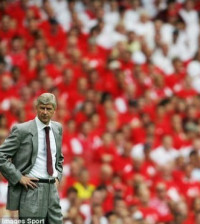 arsene-wenger-and-crowd
